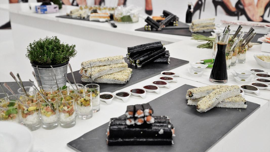 w.Holz Sushi-Catering fertig angerichtet